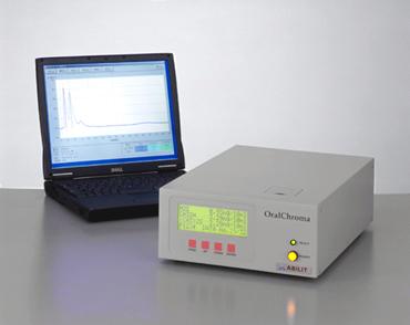 Oral Chroma es uno de los aparatos que pueden analizar las causas de la halitosis midiendo los sulfuros volátiles presentes en la respiración del paciente